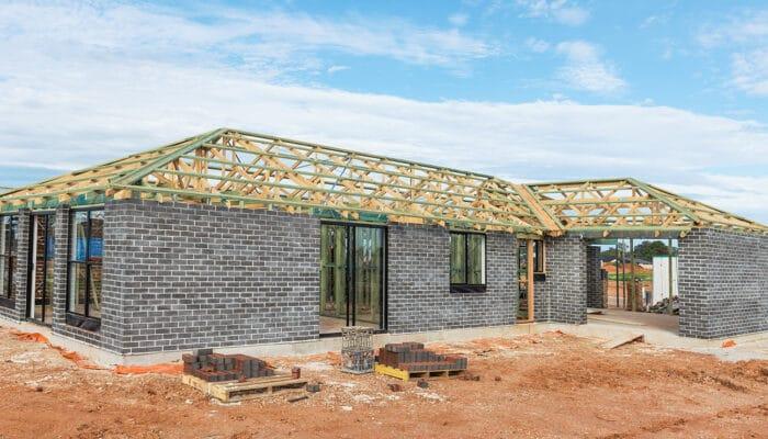 Derfor skal du tænke dig godt om, inden du sparer byggeskadeforsikringen væk